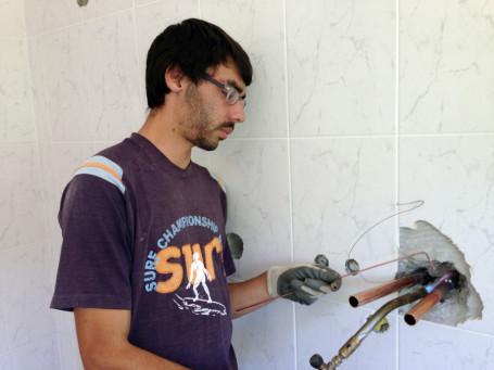 Pedro absolviert ein Praktikum auf einer Baustelle. Dennoch: Anstellungschancen tendieren leider gegen Null, da eine Baufirma nach der anderen pleite geht.