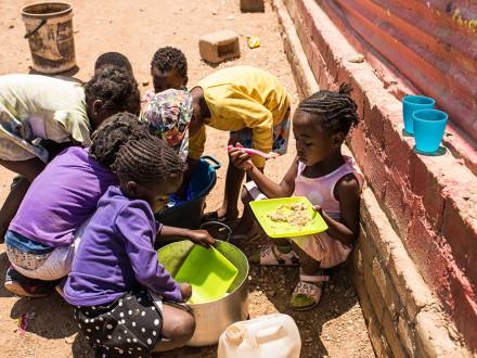 Suppenküche in Katutura, Namibia - Kinder essen gemeinsam und machen den Abwasch