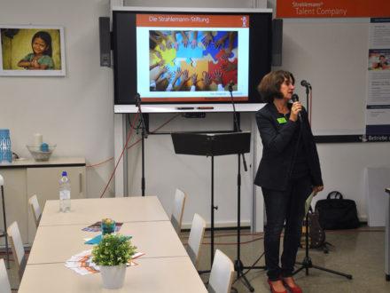Schulleiterin Renate Wiegandt hält eine Rede anlässlich der Eröffnung der Talent Company an der Otto-Hahn-Schule