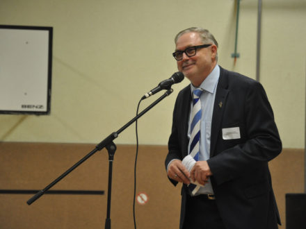 Franz-Josef Fischer, der Vorstandsvorsitzender der Strahlemann Stiftung, hält eine Rede anlässlich der Eröffnung der Talent Company an der Realschule Feuerbach