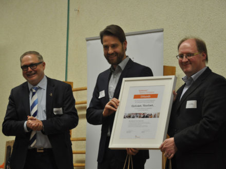 Company an Realschule Feuerbach - Franz-Josef Fischer Vorstandsvorsitzende von Strahlemann, Schulleiter Herwig Rust
