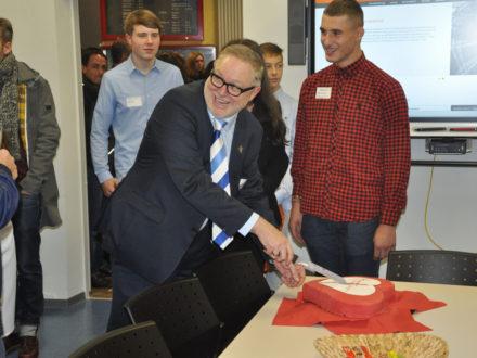 Eröffnung der Talent Company an der Realschule Feuerbach - Franz-Josef Fischer schneidet den Kuchen an