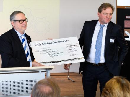 RSG Geschäftsführer Stefan Westerbecke (rechts) den Spendenscheck an Franz-Josef Fischer, den Geschäftsführenden Vorstandsvorsitzenden der Strahlemann-Stiftung