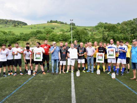 Das Team der LY Holding (1.Platz), des Magistrats Heppenheim (2.Platz) und das Team von Jungheinrich (3.Platz) posieren für das Siegerfoto