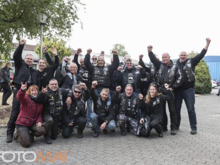 Gruppenbild der Teilnehmer der Strahlemann Benefiz-Motorradtour