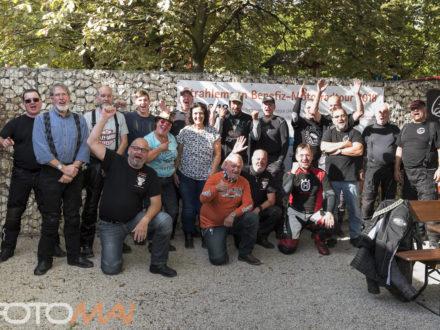 Gruppenbild der Teilnehmer Unterwegs für Bildung - 9. Strahlemann Benefiz-Motorradtour ein voller Erfolg