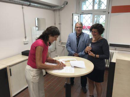Frau Dagmar Becker, Schulleiter Andreas Tempel und Renate Parusel unterzeichnen die Kooperationsvereinbarung für die Talent Company in Solingen