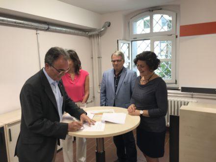 Herr Kohns, Herr Michael Webers, Frau Dagmar Becker, Schulleiter Andreas Tempel und Renate Parusel unterzeichnen die Kooperationsvereinbarung für die Talent Company in Solingen