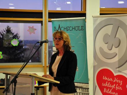 Schulleiterin Veronika Schneider hält eine Rede anlässlich des Jubiläums