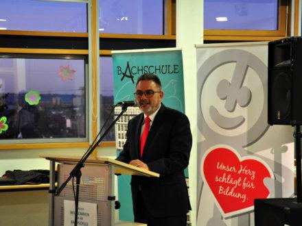 Herr Iser von der Agentur für Arbeit hält eine Rede