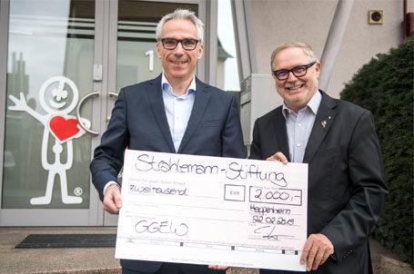 Herr Hoffmann von der GGEW AG und Franz-Josef Fischer bei der Übergabe der Weihnachtsspende an die Strahlemann Stiftung