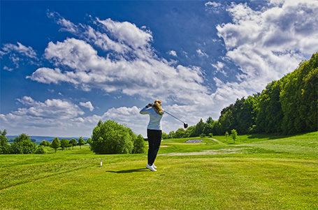 Jubiläumsausgabe des Strahlemann Benefiz-Golfcups 2019 spielt Rekordsumme ein