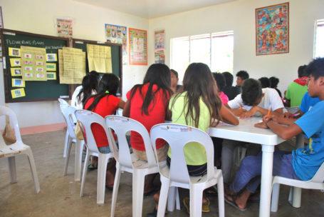 Im Rahmen des Projekts in Toboso, Philippinen lernen Kinder gemeinsam