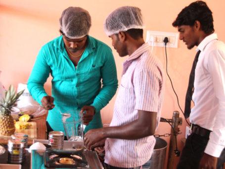 Drei Junge Männer im von der Talent Company India unterstützten Berufsbildungszentrum im Distrikt Nagapattinam im sudanischen Bundesstaat Tamil Nadu