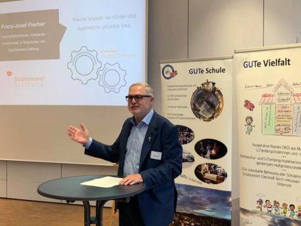 Franz-Josef Fischer (Geschäftsführender Vorstandsvorsitzender der Strahlemann-Stiftung) hält eine Rede