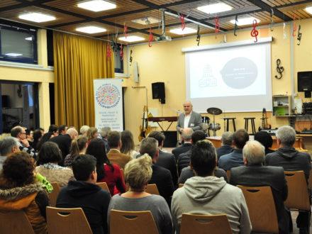 Schulleiter Alwin Zeiß hält eine Rede anlässlich der Eröffnung der Talent Company an der MPS Gadernheim