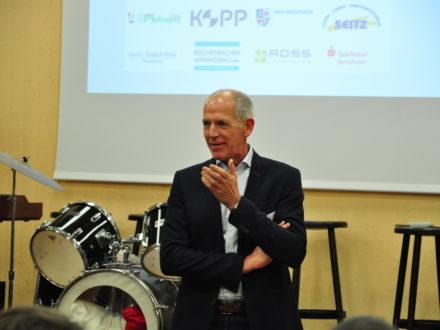 Achim Kopp von Kopp Schleiftechnik aus Winterkasten hält eine Rede anlässlich der Eröffnung der 38. Talent Company an der MPS Gadernheim