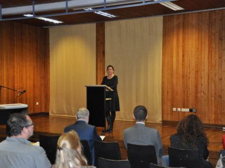 Schulleiterin Karin Karcheter bei der Eröffnung der Strahlemann Talent Company an der Ferdinand-Porsche Schule in Weissach