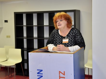 Schulleiterin der Hermann-von-Helmholtz-Schule hält eine Rede anlässlich der Eröffnung der Talent Company an der HHS