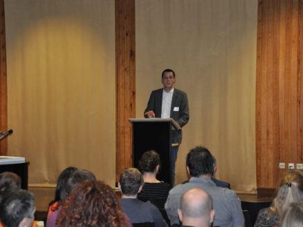 Weissachs Bürgermeister Daniel Töpfer hält eine Rede anlässlich der Eröffnung der Strahlemann Talent Company in Weissach