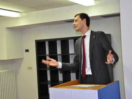Neuköllner Bezirksbürgermeister Martin Hikel hält eine Rede anlässlich der Eröffnung der Talent Company in Berlin