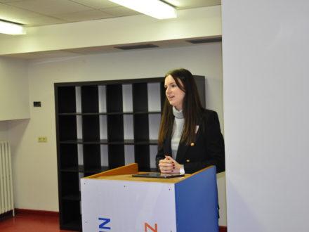 Celina Fischer von der Strahlemann Stiftung hält eine Rede anlässlich der Eröffnung der Talent Company in Berlin
