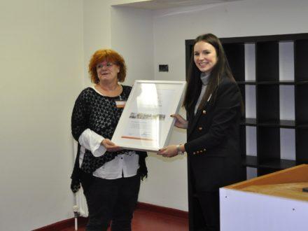 Schulleiterin der Hermann-von-Helmholtz-Schule und Celina Fischer von der Strahlemann Stiftung