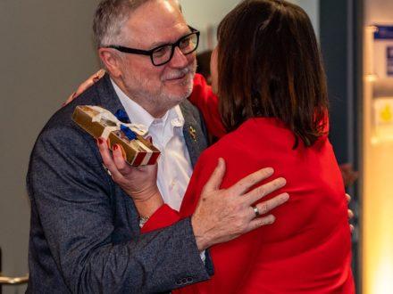 Franz-Josef Fischer, Geschäftsführender Vorstandsvorsitzender der Strahlemann-Stiftung und Schulleiterin Kirsten Gebhard-Albrecht