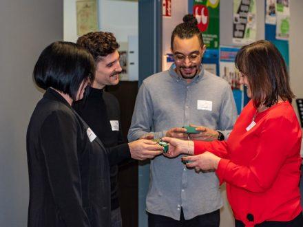 Die Schulleiterin Kirsten Gebhard-Albrecht bei der Feier des 10 jährigen Bestehens der Talent Company in Reichelsheim übergibt ein kleines Dankeschön