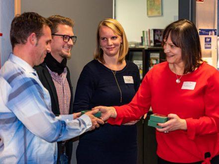 Schulleiterin Kirsten Gebhard-Albrecht bei der Feier des 10 jährigen Bestehens der Talent Company in Reichelsheim übergibt ein kleines Dankeschön