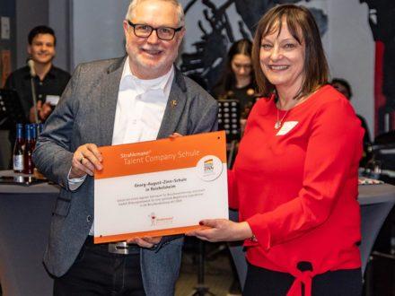 Franz-Josef Fischer Geschäftsführender Vorstandsvorsitzender der Strahlemann-Stiftung und Schulleiterin Kirsten Gebhard-Albrecht