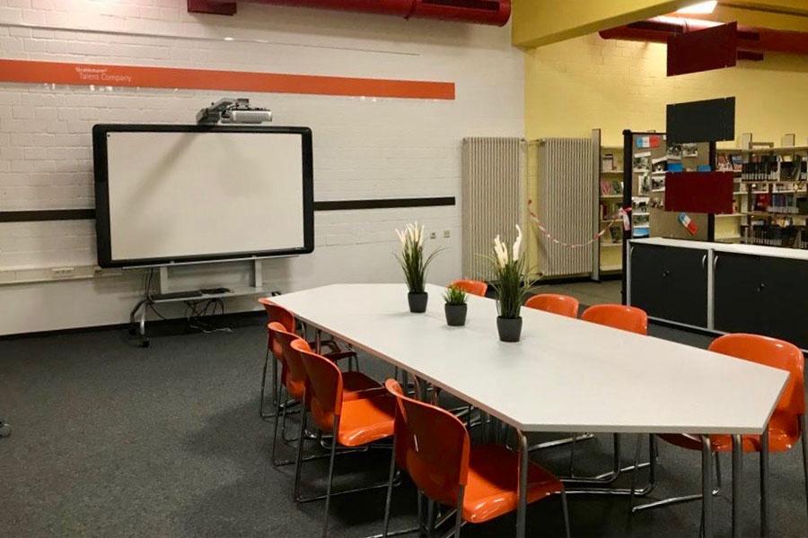 Workshop-Bereich mit Smartboard der Talent Company an der Offenen Schule Waldau in Kassel