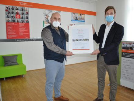 Urkundenübergabe für die Talent Company an Herrn Opp, Schulleiter des BBZ Homburg