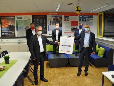 Eröffnung der Talent Company an der Eugen-Bachmann-Schule in Wald-Michelbach - Urkundenübergabe