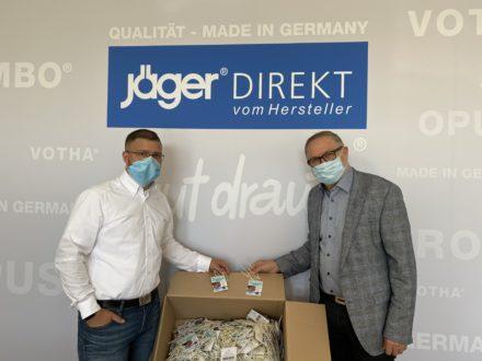 Übergabe der Maskenhalter von der JF Group an die Strahlemann-Stiftung